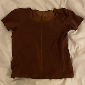 Super fin basic brun t-shirt! Kommer ej till användning så säljer den istället. Storleken står ej men uppskattas till XS-S
