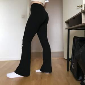 Säljer dessa bekväma byxorna som är utsvängda nedtill. Jag är ungefär 165cm och dom går ner till marken på mig. Köparen står för frakten!🖤