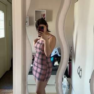 Skit snygg tight rutig klänning k röda och svart. Perfekt tills i sommar! Lite för liten på mig tyvärr och de är därför jag säljer den. Använd en gång!