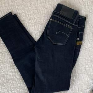Säljer mamsens g-star jeans i lowrise som är använda 1 gång i modellen 3301. Nypris 1000kr 💖