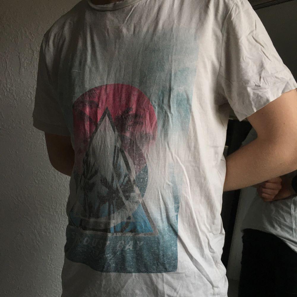 En t-shirt med surfmotiv 🏄♂️ Storlek stor M, kan passa L🤍   Finns ett litet hål men knappt synligt 🤍 Kommer från ett djur- och rökfritt hem! Tvättas alltid innan jag skickar🤍 Frakt tillkommer! Pris går att diskutera!🤍 . T-shirts.