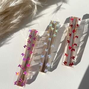 Handgjorda hårspännen som gjord av epoxy resin. I detta kollektionen har vi hårspännen med fjärilar glitter i olika färg som:  🦋 ❤️  Red butterfly ❤️ 🦋 🦋 💙  Blue butterfly  💙 🦋 🦋 💜  Purple butterfly  💜 🦋   DM för beställning ❤️
