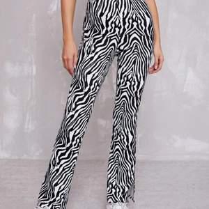 Zebra byxor från SHEIN!  Jag köpte de för ca 1 månad sedan o tyckte inte att de passade på mig . De är i strl S.  De är i ett bra material utan hål eller fläckar. Jag säljer de för 100 kr inkl frakt ! Skriv för mer bilder om du är intresserad!