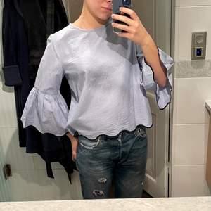 Zara blus med volangiga armar. Storlek M, men ganska liten i storleken så skulle mer säga S