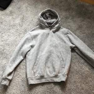 Säljer min jätte snygga gråa Nike hoodie säljer för att den aldrig kommit till användning. Den är som nyskick och väldigt overzize då den är i herr modell.  !Ej budgivning¡