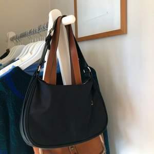 Väska från nelly i bra skick⭐️ köparen står för frakten på 62:- som tillkommer. Fler bilder finns vid intresse!