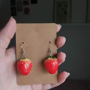 Säljer supersöta  jordgubbsörhängen i 2 olika modeller. En lite längre och en kortare. Själva örhänget är gjort av sterling silver och är nickelfria. Det finns flera av varje så bara att skriva vilken modell ni vill ha så gör jag utifrån efterfrågan. 60kr styck + frakt💓 kolla gärna in min esyshop MaJewellerySE för mer!