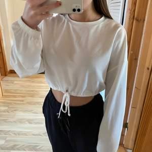 Säljer denna sweatshirt då den aldrig kommer till användning. Använd knappt tre gånger. Köpare står för frakten. Storlek M men passar även S