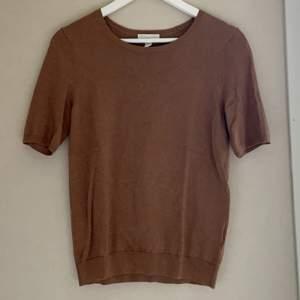 Superfin kaffe brun stickad T-shirt från hm💕 tröjan har muddar vid armarna, kragen och nerdre kanten! Köparen står för frakt!