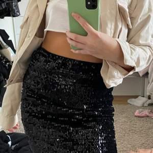 Säljer en glitter kjol i storlek S , har en bra passform och väldigt skönt material på insidan. 😊 jag kan även mötas upp