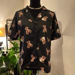 Säljer den helt ny supersöt björn skjorta, har flera stycken i lager. Passar 32-40eu. Tar swish och frakten betalar köparen!!