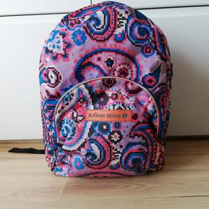 Riktigt cool ryggsäck som är rymlig och tålig. I använt skick. Fler bilder finns att få!