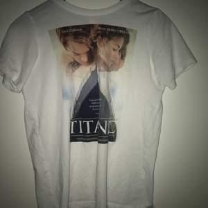 Tshirt med titanic trygg, bra kvalitet, xs men passar bra till s. Köpare står för frakt, tror fraktinfo stämmer 💓