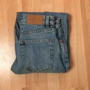 Lite baggy mom jeans. Köpta på monki för inte så länge sedan. Säljer eftersom jeansen var för små. Superfina och i nyskick och jag säljer för mycket bra pris då dom köptes för runt 500kr.💕