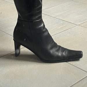 Så coola boots som jag köpte från Sellpy. Säljer pga har för många boots, men så cool modell. De är använda och skulle behöva lite vård. Kan skicka fler bilder och kan mötas upp eller frakta!