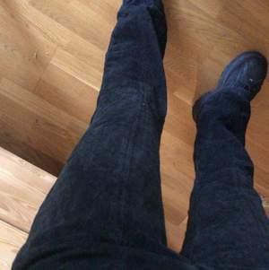 Faaantastiska mocka mid/low waist flares. Storlek 8 å sitter perfekt på mig som är en 36a! Jag e 168 cm lång :) dom e 100% äkta mocka