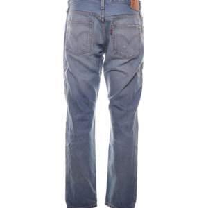 Snyggaste lowwaist ljusblåa Levis jeans i modellen 501 ct, med ett hål på vänster knä. Storlek W28 L32. Säljer pga behöver pengarna. Superbra skick. skriv om ni vill se egen bild på!