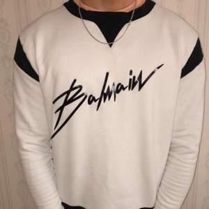 Hjälper kompis sälja en balmain sweatshirt till ett scysst pris, köpt från farfetch och är i bra skick — släng iväg ett bud så löser vi något