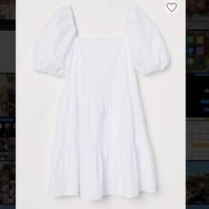 Finaste klänningen från H&M🤍🤍 perfekt till studenten☺️ Helt ny, säljer pga för stor! Ord. pris 249kr