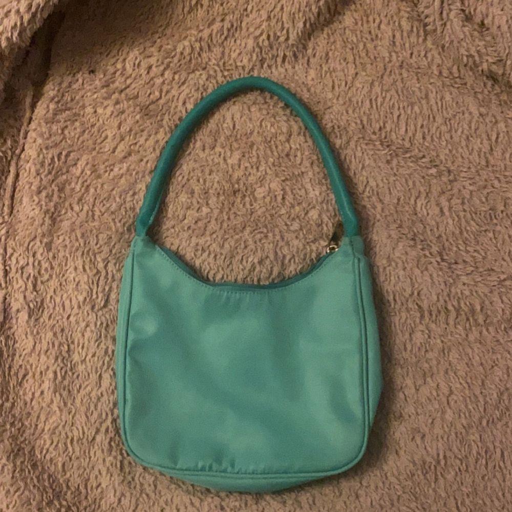 använd en gång, finns ett litet jack vid handtaget men man ser eller tänker inte alls på det. Väskor.