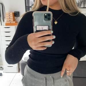 En fin tight polo tröja som passar till allt från jeans till kjolar osv. Den är ifrån gina tricot och är använd ca 10 gånger och är nu för liten för mig. Den är i ribbat material och kliar inte. Den är i storlek xs men den är extremt töjbar. Max bud 120 kr. Köparen står för frakten. 🖤🖤🖤🖤
