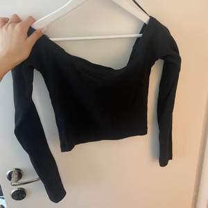Off shoulder tröja från Bikbok som är aldrig använd. Säljer för den är för stor för mig.