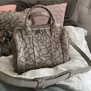 Säljer min svinsnygga Alexander Wang rockie leather bag i leopardmönster och silvriga nitar under (limited edition). Jättefint skick! Dustbag och äkthetsbevis medföljes. NYPRIS: 9000kr. (Kan sänka i pris vid snabb affär😚😚)