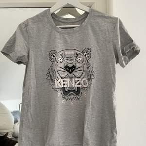 Kenzo tshirt i storlek s i bra skick :) inga fläckar eller hål!