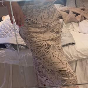 Silkes kjol med mönster! VÄLIDGT stor i storleken