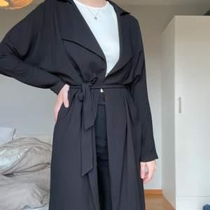 Trench coat perfekt nu till våren! Använd endast fåtal gånger💛