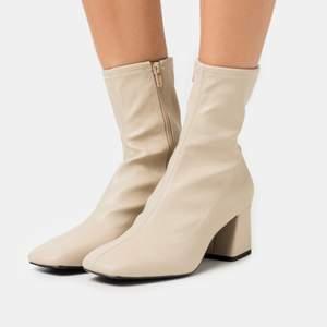Super snygga boots, beiga, fyrkantig tå, super sköna, ca 5cm klack, sparsamt använda, strl 38, köparen står för frakten