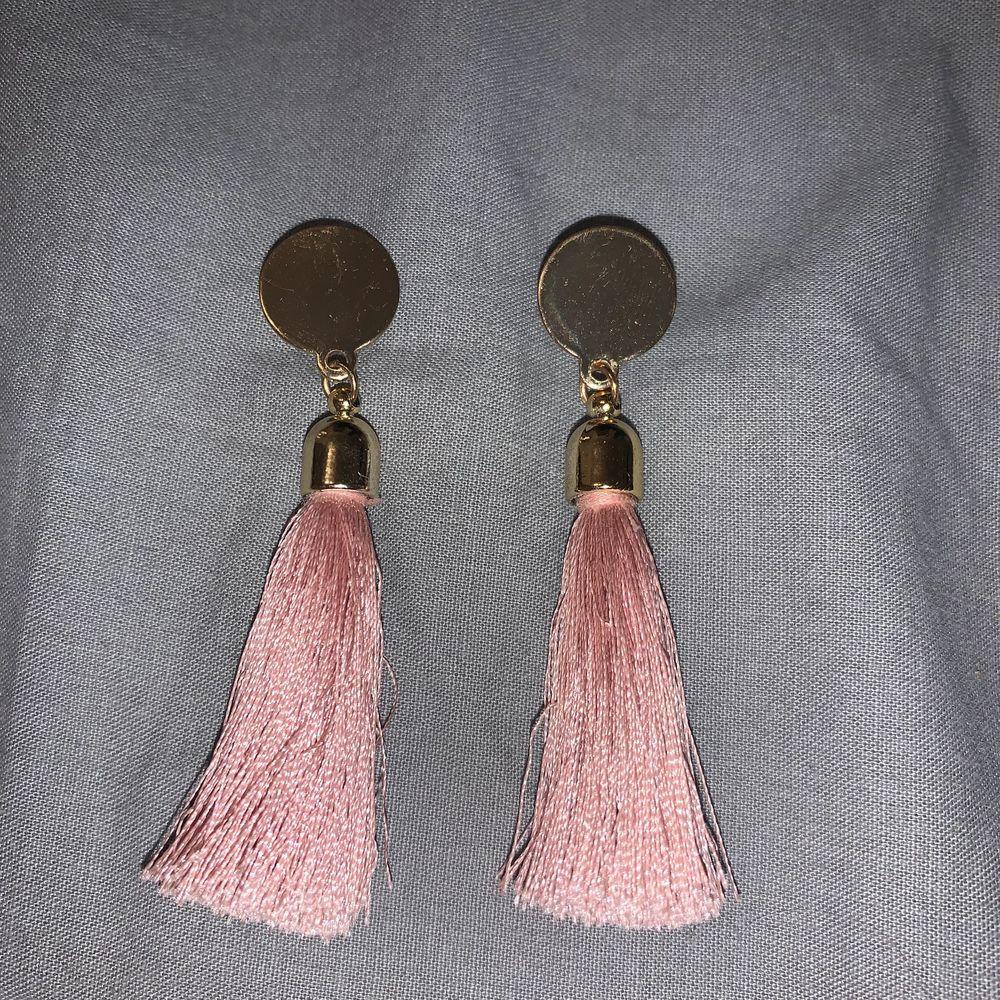 Öronhängen med rosa. Accessoarer.