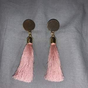 Öronhängen med rosa