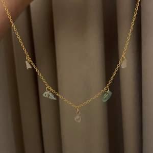Guldigt halsband med mässingkedja! Kristallerna är rosenkvarts och mineraler✨