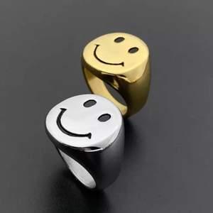 Säljer dessa jättefina smiley ringar! 100kr/st och är i helt nytt skick