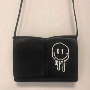 Vi är ett UF som gör RE design av second hand väskor anpassade efter dagens trender. Vi har nu utförsäljning på våra två sista väskor.