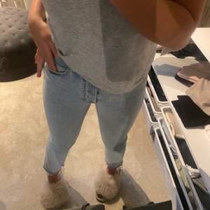 En par ljusblåa jeans från Zara! Storlek 34.  Använda Max 2 ggr och sitter väldigt skönt, även ganska stretchiga.