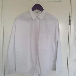 Oanvänd vit skjorta från Cropp. Lite oversized.