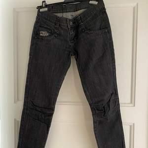 Gråa jeans från Amalia, jätte bra skick. Jätte små i storleken, de står att det är storlek 38, skulle själv säga att de är en 32/34.