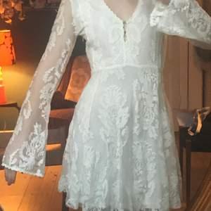 Vit klänning i spets med lite 70-tals känsla! Så himla fin, tyvärr lite stor för mig:( ryggen är helt genomskinlig!