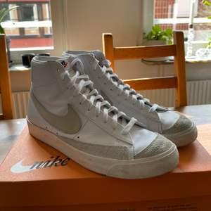 Knappt använda skor som är i nyskick, storlek 46, säljer skorna för att jag inte använder dom, vi mer info så hör av er.