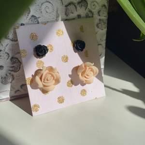 Säljer två par örhängen formade som rosor. Använda några gången men i bra skick. 15kr/st eller 25kr för båda🌸🌸🌸