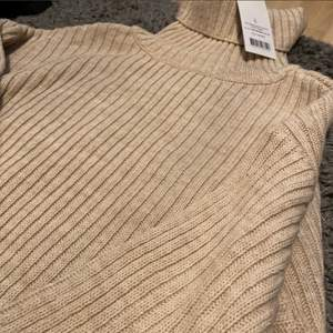 En ribbad stickad tröja från NA-KD. Aldrig använd och prislappen sitter kvar. Nypris var 439kr. Storlek L. Betalning via swish och frakt kostar 66kr😊 Finns ute på flera ställen!