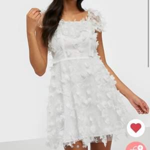 INTRESSEKOLL på min studentklänning då jag kanske hittat en annan jag vill ha💕 det är en ida sjöstedt klänning som jag köpt på nelly som är slutsåld i storleken, nypris 3299kr aldrig använd❤️