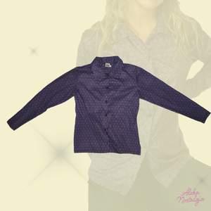 Jättecool skjorta men snyggt mönster 🦋 Materialet är lite stretchigt och i bra kvalitet 💞 skriver storlek L men passar mer en XS-S så som modell på bild.