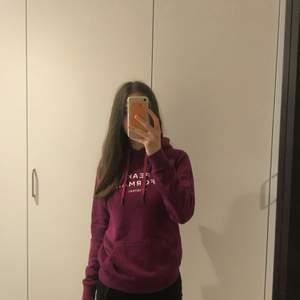 Har haft denna tröja i ungefär 1 år och den är fortfarande i väldigt bra skick, färgen är fin till hösten och den är varm och gosig!🥰