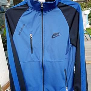 Nike running tröja med dragkedja | herrmodell men går att ha ändå | storlek är oklar men det är en UK 16 | Tre fickor med dragkedja | En Nike lapp på en av dragkedjorna har lossnat men inget man tänker på
