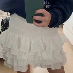 Säljer min vita volangkjol från hm, den är i storlek M och har prislapp kvar då jag aldrig använt den, skriv om du undrar något (första bilden är lånad)🤍🤍🤍