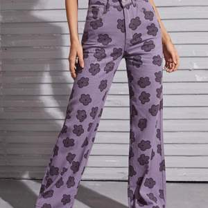 Jeansen passar en lite större M eller en XL