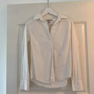 Vit skjorta i mycket bra skick från Filippa K, storlek M